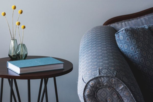 Background image of a couch and side table for the article custom reading list
